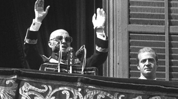 ديكتاتور إسبانيا السابق فرانكو يتحدث من شرفة القصر الملكي في مدريد إلى جانب أمير إسبانيا حينها خوان كارلوس