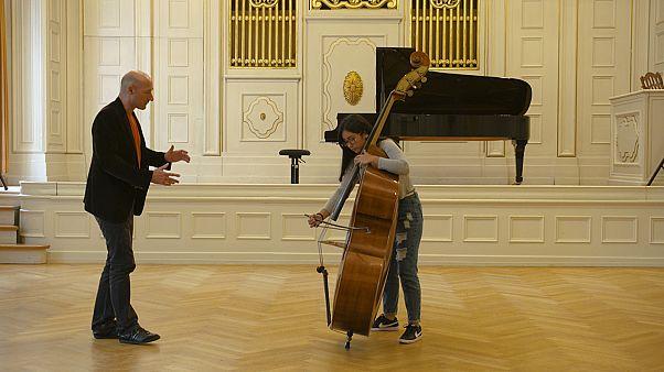 موسيقيو البيرو الشباب يتعلمون على يد المخضرمين في فيينا فيلهارموني