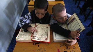 Niños refugiados uigures leen el Corán donde se encuentran en un complejo cerrado en la ciudad central de Kayseri, Turquía, el 11 de febrero de 2015.