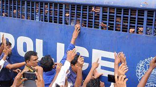 محكوم عليهم بالاعدام داخل سيارة تابعة لمصلحة السجون في بنغلاديش - 2019/10/24