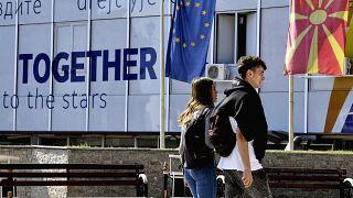 Járókelők az európai uniós integrációért felelős szkopjei minisztérium előtt 2019. október 18-án
