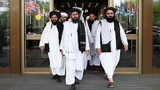 مقاتلو طالبان يضعون الماكياج ويحملون الزهور