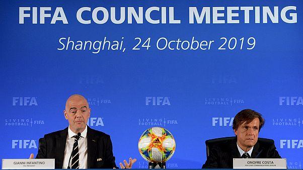 رئيس الاتحاد الدولي لكرة القدم إنفانتينو (يسار)