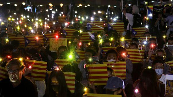اعلام همبستگی معترضان هنگ کنگی با جداییطلبان کاتالونیا در اسپانیا