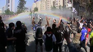 Chilenos continuam nas ruas mas de forma mais pacífica