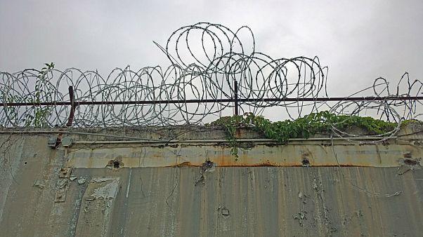 نوجوان عاشق برای دیدار معشوق در سیم خاردار زندان گرفتار شد