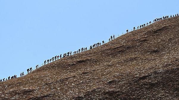 Australia: ultimo giorno per scalare Uluru, la montagna sacra degli aborigeni