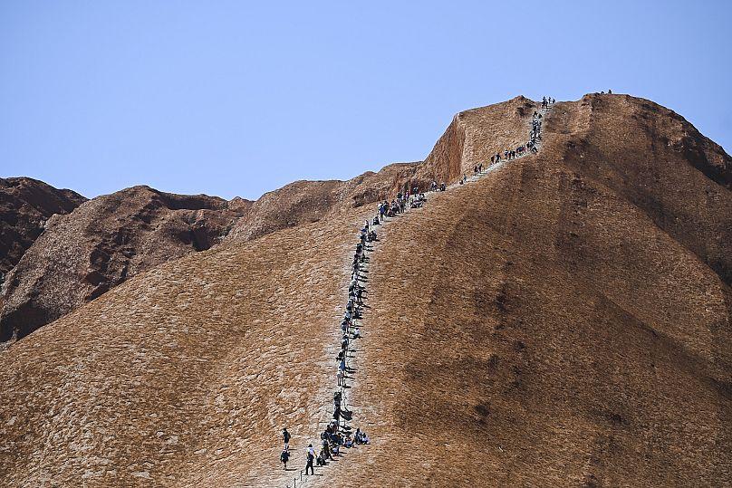 Australia: ultima scalata della montagna sacra, assalto dei turisti