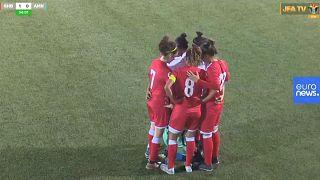 Video: Maçta başörtüsü açılan kadın futbolcuya rakip takımdan jest
