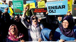 متظاهرون يرفعون شعارات لدعم اللاجئين السوريين خلال احتجاج على سياسات الحكومة التركية الأخيرة في إسطنبول، تركيا