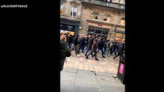 Des supporters de la Lazio paradent à Glasgow en faisant des saluts nazis
