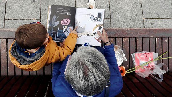 Unokájával olvas mesekönyvet egy nagymama 2019. április 23-án