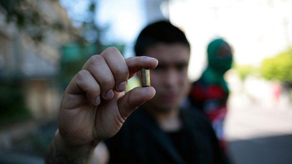 Un hombre muestra un cartucho de bala mientras las protestas continuaban en todo el país, en Concepción, Chile, el 24 de octubre de 2019.