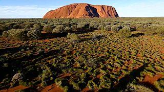 Australia prohíbe escalar el monte Uluru