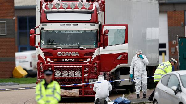 La policía en la escena donde los cuerpos fueron descubiertos en un camión frigorífico, en Grays, Essex, Reino Unido, el 23 de octubre de 2019.