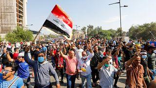 Manifestantes son vistos en el puente de Al Jumhuriya durante las protestas en Bagdad, Irak, el 26 de octubre de 2019.