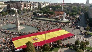 """شاهد: مؤيدون لحزب أقصى اليمين الإسباني """"فوكس""""، يحتجون ضد انفصال إقليم كتالونيا"""