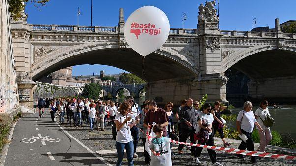 مظاهرة للمطالبة برحيل رئيس بلدية روما بسبب تردي الخدمات في العاصمة الإيطالية
