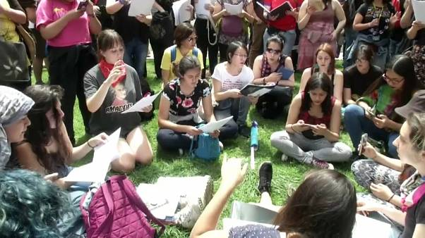 شاهد: مجموعة كورال في الشيلي تغني وسط العاصمة سانتياغو تعبيرا عن احتجاجها