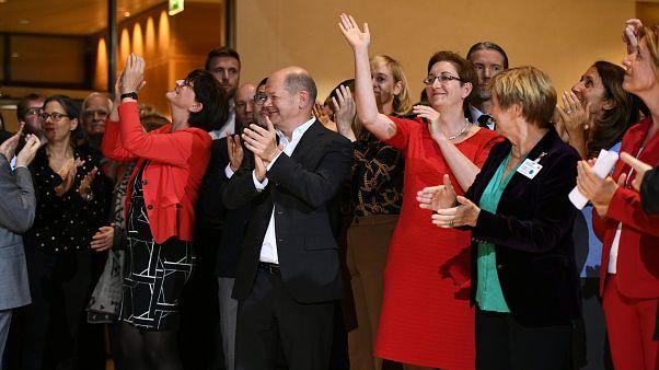 وزير المالية الألماني أولاف شولز إلى جانب مرشحين آخرين من الحزب الديمقراطي الاشتراكي في برلين – 2019/10/26