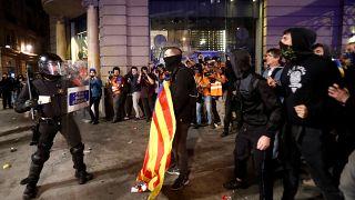 Más de 40 heridos tras nuevos choques entre policía y radicales en Barcelona