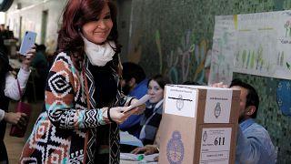 Arjantin'de halk seçimler için sandık başında. Eski Devlet Başkanı Cristina Fernandez de Kirchner de oyunu kullandı