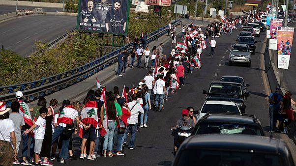 دهمین روز اعتراضات لبنان؛ زنجیرۀ انسانی معترضان در سراسر کشور