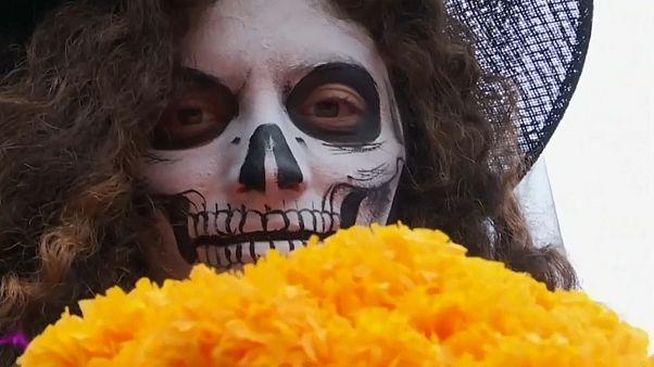 Парад скелетов в центре Мехико