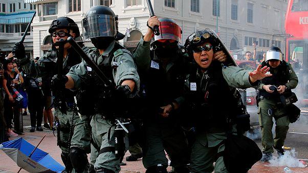 الشرطة تطلق الرصاص المطاطي والغاز المسيّل للدموع لتفريق متظاهرين قرب مرفأ هونغ كونغ