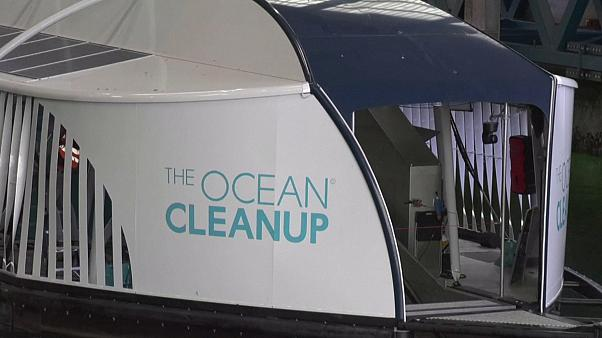 Une péniche pour retirer le plastique des cours d'eaux pollués