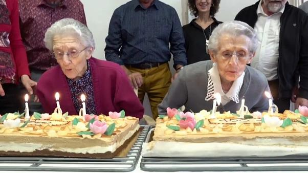شاهد: شقيقتان توأم تحتفلان بعيد ميلادهما ال100 شمال فرنسا