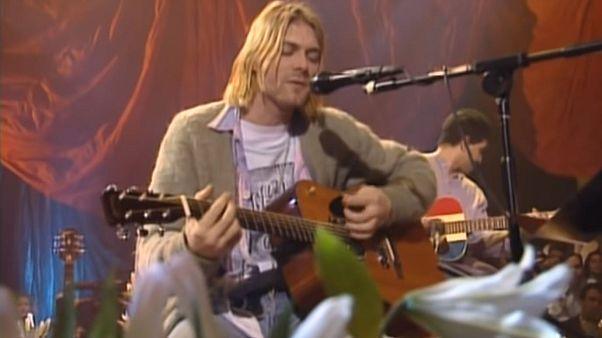 Rekord árat fizettek Kurt Cobain kardigánjáért