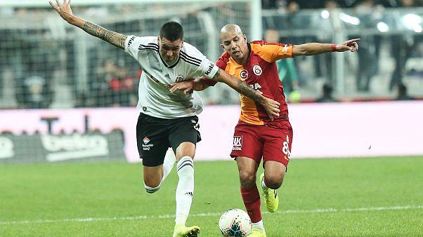 Bir pozisyonda Beşiktaşlı oyuncu Enzo Roco (solda) ile Galatasaraylı Feghouli (sağda) mücadele etti. ( Elif Öztürk - Anadolu Ajansı )