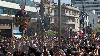 متظاهرون يحرقون دمية للرئيس سيباستيان بينيرا خلال احتجاج في كونسيبسيون- أرشيف رويترز