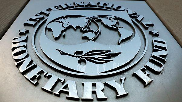 شعار صندوق النقد الدولي خارج مبنى المقر الرئيسي في واشنطن- أرشيف رويترز