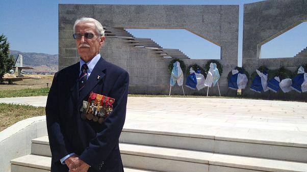 Ο αντιπτέραρχος ε.α. Κωνσταντίνος Χατζηλάκος, μπροστά στο Μνημείο πεσόντων