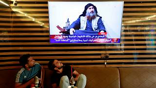 Iraki fiatalok nézik az Abu Bakr al-Bagdadi haláláról szóló tudósítást október 27-én