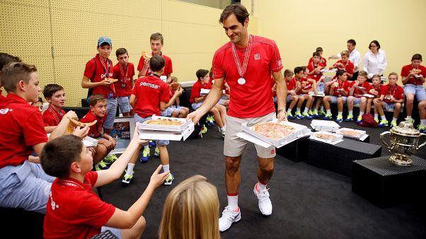 Federer vence em casa e acaba noite a comer pizza