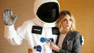 """العارضة والممثلة البريطانية كارا ديليفين في حملة ترويجية لجهاز """"سيلفي الفضاء"""""""