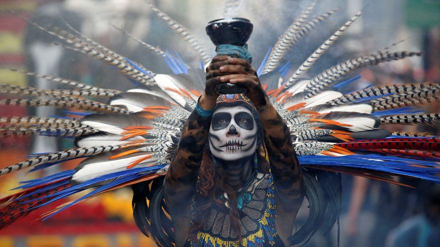 رقص و پایکوبی مکزیکیها در رژۀ «روز مردگان»