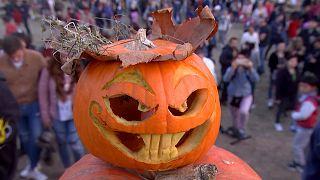 """فيديو"""" تعرّف على أحد طقوس الــ""""هالويين"""" في بلاد دراكولا"""