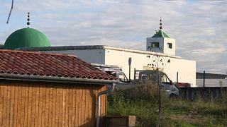 توقيف يميني متطرف أصاب شخصين في هجوم على مسجد غرب فرنسا