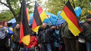أشخاص يحضرون مسيرة ضمن حملة انتخابية لأحد أعضاء حزب البديل في تورينغن 3 أكتوبر 2019