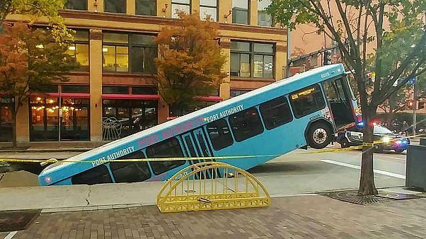 شاهد: حافلة تنزلق إلى حفرة تصريف في بنسلفانيا الأمريكية