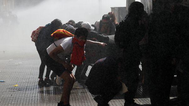 Şili Devlet Başkanı Pinera protestolar sonrası 8 bakanı görevden aldı
