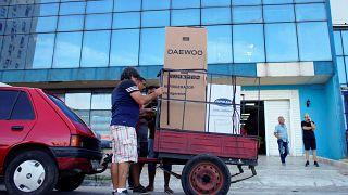 Cubanos transportan los productos que han comprado en divisas