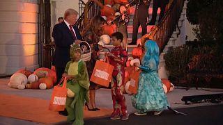 شاهد: ترامب يرحب بالديناصورات والأميرات في البيت الأبيض احتفالا بالهالوين