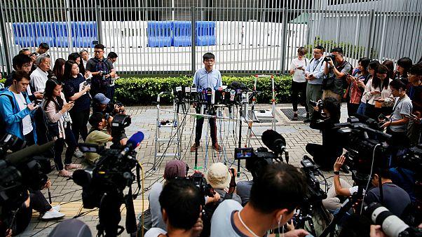 الناشط جوشوا وونغ يتحدث إلى الصحفيين بعد استبعاده من الترشح/ هونغ كونغ- أرشيف رويترز
