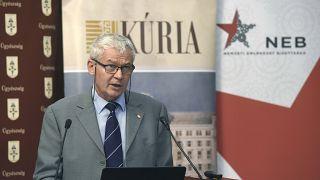 Polt Péter beszédet mond a Törvénysértő perek 1945 után - a kutatás lehetőségei címmel megtartott konferencián Budapesten