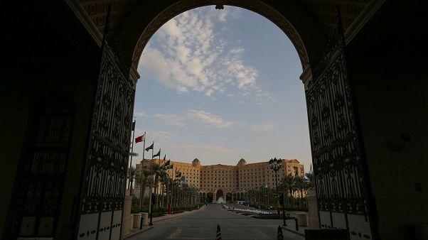 شاهد: أول وفد سياحي يزور الرياض المحافظة بعد أن فتحت السعودية أبوابها للسياح الأجانب